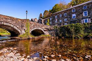 Фотографии Великобритания Здания Речка Мосты Камень Уличные фонари Уэльс Gwynedd Города