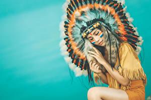 Фотография Индейский головной убор Перья Индейцы Красивая молодая женщина