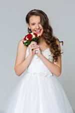 Картинка Букеты Серый фон Шатенка Невеста Улыбка Платье