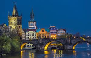 Обои Чехия Прага Речка Мосты Здания Вечер Уличные фонари Charles Bridge
