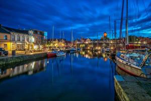 Картинки Германия Здания Речка Пирсы Парусные Яхта Ночные Stralsund Города