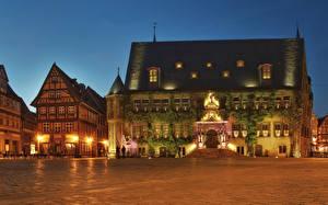 Картинки Германия Храм Церковь Вечер Городской площади Уличные фонари Rathaus Quedlinburg город