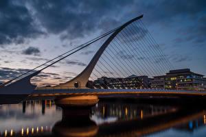 Картинки Ирландия Здания Речка Мосты Вечер Dublin