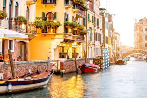Фотографии Италия Здания Причалы Лодки Венеция Водный канал Уличные фонари