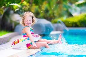 Фотографии Девочки Плавательный бассейн Улыбка Брызги Дети