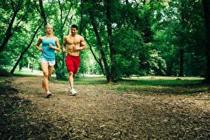 Фото Мужчины Двое Бег Майка Красивые Спорт Девушки