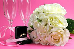 Фото Розы Цветной фон Белый Кольцо Бокалы Ленточка Цветы