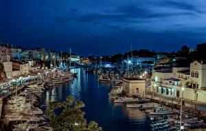 Картинка Испания Здания Причалы Корабли Вечер Залив Уличные фонари Ciutadella Города