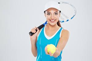 Фотография Теннис Серый фон Мяч Майка Улыбка Бейсболка Девушки Спорт