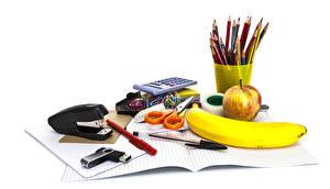 Фотографии Бананы Яблоки Канцелярские товары Белом фоне Карандаша Шариковая ручка