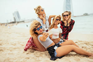 Картинки Блондинка Пляж Очки Улыбка Песок Красивые Селфи Девушки