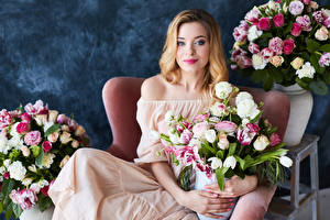 Фотографии Букеты Розы Блондинка Смотрит