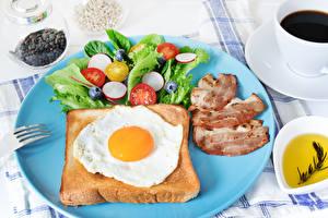 Фотография Хлеб Овощи Ветчина Завтрак Яичница Тарелка