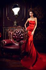Картинка Шатенки Кресло Платья Зеркала Роскошные молодые женщины