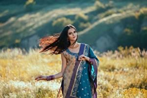 Картинки Брюнетка Платье Смотрит Красивые