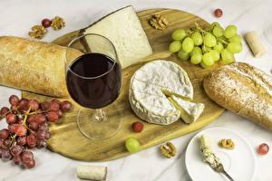 Картинка Сыры Вино Виноград Хлеб Разделочная доска Бокалы Продукты питания