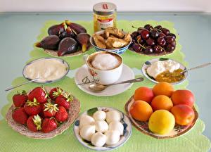 Картинка Кофе Капучино Персики Клубника Вишня Инжир Завтрак Чашка Сливки Пища