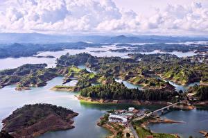 Обои Колумбия Пейзаж Реки Побережье Дома Облака Холмов Сверху Природа