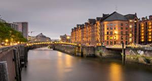 Картинки Германия Гамбург Дома Реки Мосты Вечер Уличные фонари город