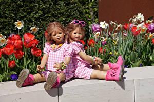 Обои Германия Парки Тюльпаны Кукла Девочки Вдвоем Очки Сидит Сапоги Grugapark Essen