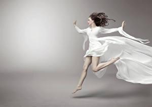 Картинки Серый фон Шатенка Платье Бег Девушки