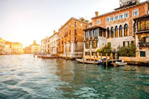 Картинка Италия Здания Пирсы Катера Венеция Водный канал Города