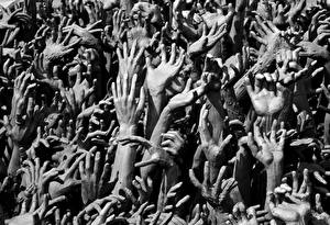 Обои Много Руки Черно белое Города картинки