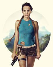 Картинка Пистолет Алисия Викандер Tomb Raider: Лара Крофт 2018 Лара Крофт Фильмы Девушки