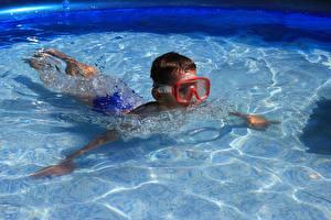 Обои Плавательный бассейн Мальчишка Очки Плывет Дети