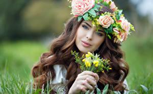 Картинки Розы Пальцы Шатенка Лицо Смотрит Красивые Волосы Девушки
