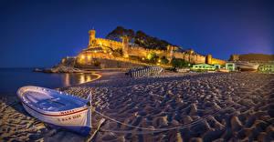 Картинки Испания Дома Крепость Вечер Берег Лодки Песке Уличные фонари Tossa de Mar Catalonia город
