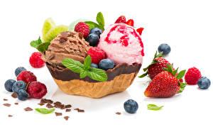Обои Сладости Мороженое Шоколад Клубника Черника Малина Белый фон