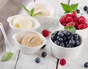 Обои Сладости Мороженое Малина Черника Доски Шар Продукты питания
