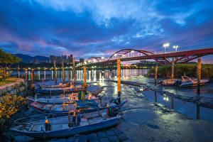 Картинка Тайвань Речка Пирсы Вечер Лодки Уличные фонари New Taipei