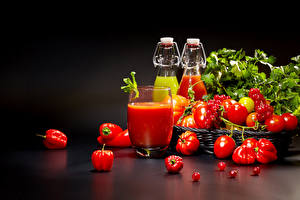 Фото Помидоры Перец овощной Смородина На черном фоне Стакане Бутылки Пища
