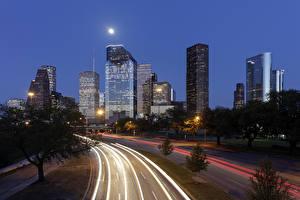 Картинки Штаты Здания Небоскребы Дороги Техас Ночные Луна Уличные фонари Houston Города