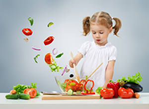 Обои Овощи Томаты Огурцы Перец Серый фон Девочки Ребёнок