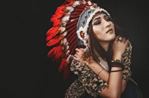 Обои Индейский головной убор Индеец Красивая На черном фоне молодые женщины