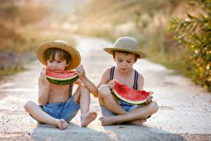 Фото Арбузы Мальчики Вдвоем Сидящие Шляпа Дети