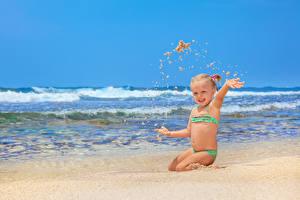 Фото Волны Пляж Девочки Песок Счастливые Ребёнок