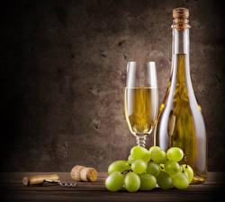Картинка Вино Виноград Цветной фон Бутылка Бокалы
