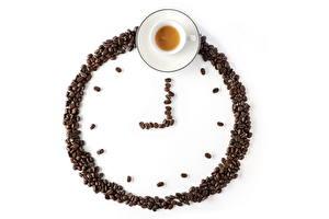 Фотография Часы Кофе Зерна Чашка Белый фон Пища