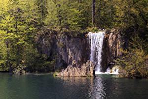 Фотография Хорватия Водопады Парк Леса Озеро Скала Plitvice national park Природа