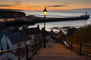 Картинки Англия Дома Реки Вечер Лестница Забор Уличные фонари Whitby Города