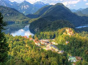 Картинка Германия Дома Озеро Гора Замок Леса Бавария Hohenschwangau Города