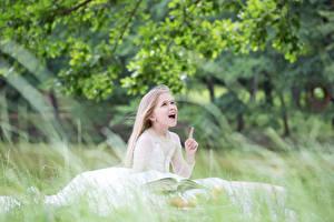 Фото Девочки Книга Трава Эмоции изумление Ребёнок