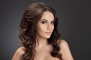Фотография Модель Красивые Волосы Шатенка Серый фон Взгляд