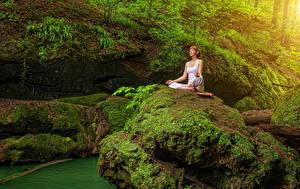 Картинки Камни Утес Мох Шатенка Йога Сидящие Природа Девушки