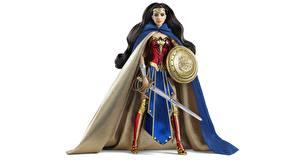 Обои Чудо-женщина герой Игрушки Плащ Мечи Щит Кукла Белый фон Фантастика Девушки