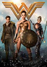 Обои Чудо-женщина герой Чудо-женщина (фильм) Галь Гадот Крис Пайн Воины Щит Мечи Трое 3 Девушки Знаменитости